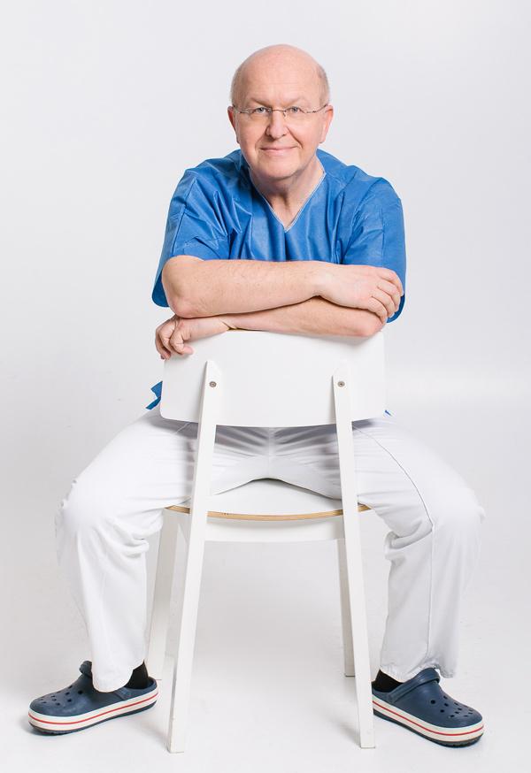 Dr. Dietmar Rauchberger | Urologe - Portrait sitzend